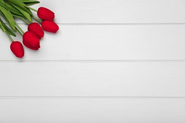 Widok z góry bukiet czerwonych tulipanów z miejsce