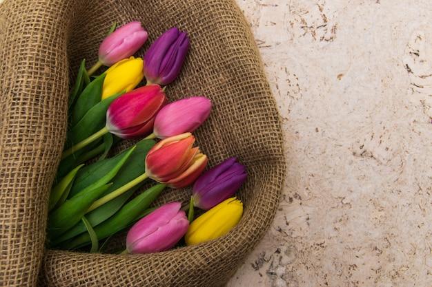 Widok z góry bukiet kolorowych tulipanów
