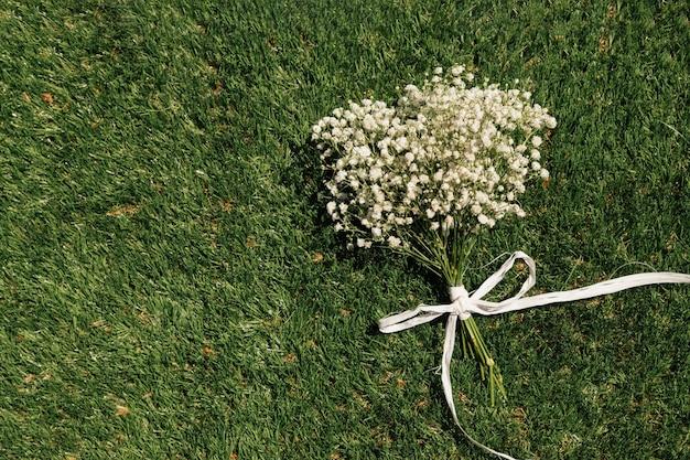 Widok z góry bukiet kwiatów na trawie