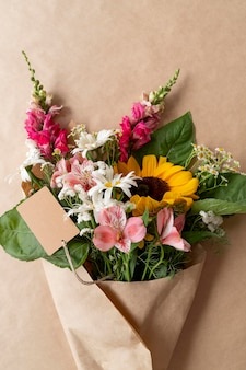 Widok z góry bukiet kwiatów z pustą kartą