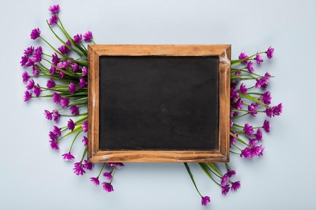 Widok z góry bukiet kwiatów z ramą