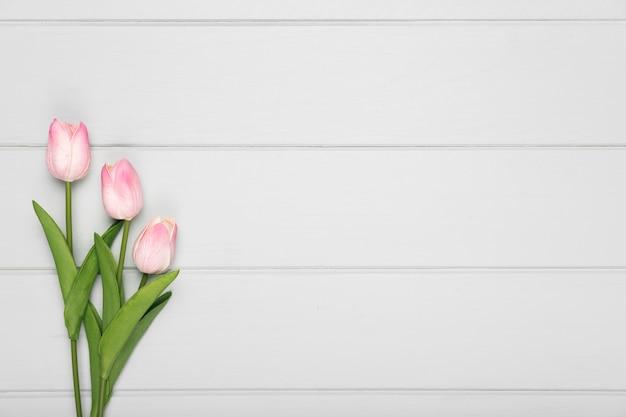 Widok z góry bukiet różowych tulipanów z miejsce