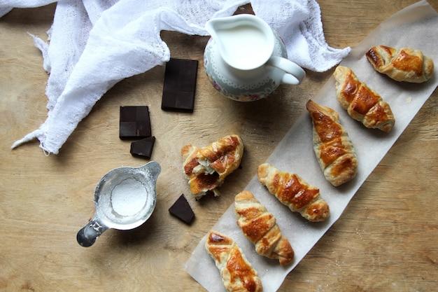 Widok z góry bułeczki z dzbankiem z dżemem z mleczną czekoladą i mąką z gazy