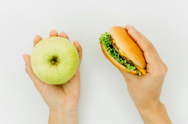 Widok z góry burguer vs jabłko