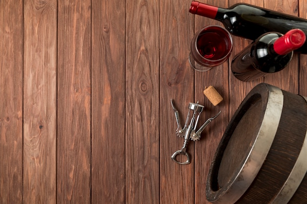 Widok z góry butelek wina na drewniane tła