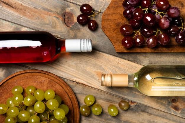 Widok z góry butelki wina z winogronami