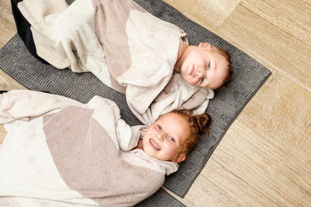 Widok z góry buźki dzieci na podłodze