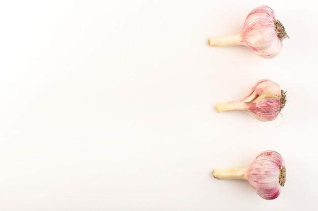Widok z góry całe garlics dojrzałe świeże izolowane wyłożone na białym tle składnik mączki roślinnej żywności