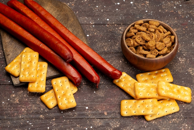 Widok z góry chipsy z krakersami na drewnianym brązowym biurku z przekąskami
