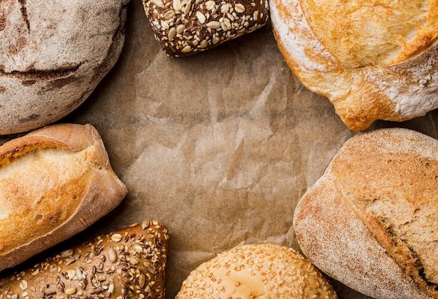 Widok z góry chleb pełnoziarnisty i chleb okrągły