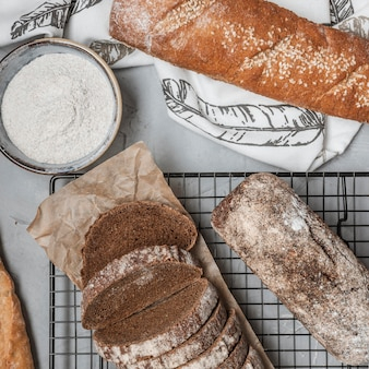 Widok z góry chrupiące bochenki chleba