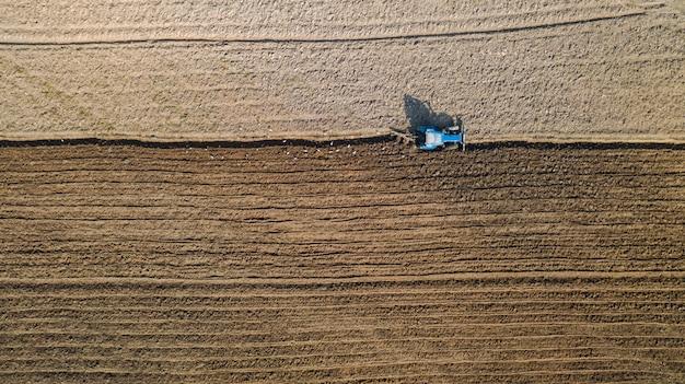 Widok z góry ciągników rolniczych pojazdów pracujących w polu