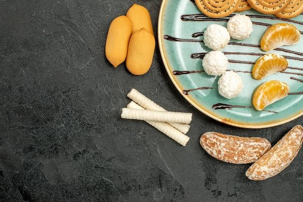 Widok z góry ciasteczka cukrowe z herbatnikami i cukierkami na szarym tle