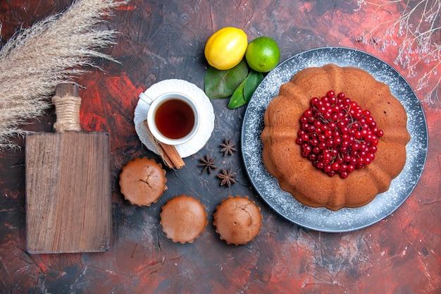 Widok z góry ciasto ciasto owoce cytrusowe babeczki filiżanka herbaty deska do krojenia anyż