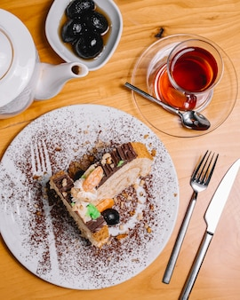 Widok z góry ciasto deserowe z filiżanką herbaty i konfitury z orzechów