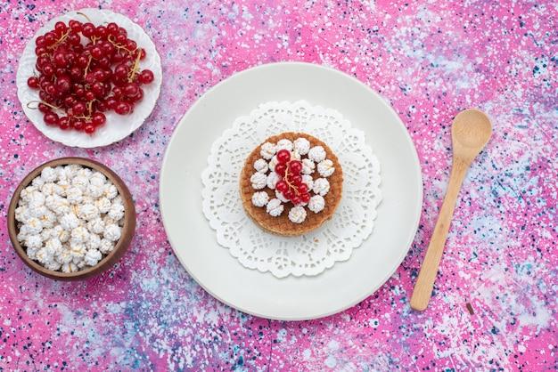 Widok z góry ciasto z żurawiną wraz ze świeżą żurawiną na kolorowym tle słodkie ciasto piec cukier kolor