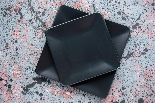 Widok z góry ciemne talerze na jasnym tle jedzenie restauracja kolor odcień stół obiadowy sztućce obsługa na miejscu