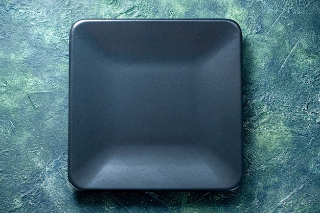 Widok z góry ciemny kwadratowy talerz na ciemnoniebieskim tle jedzenie sztućce restauracja kolorowa kuchnia kawiarnia