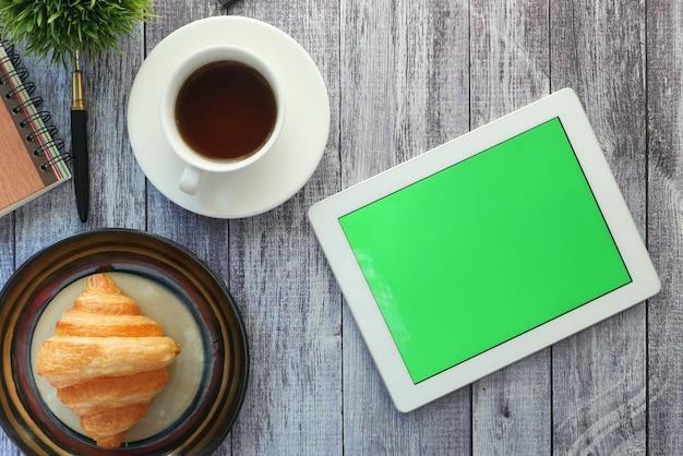 Widok z góry cyfrowego tabletu z dostawcami biurowymi na stole