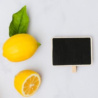 Widok z góry cytryny z tablicą