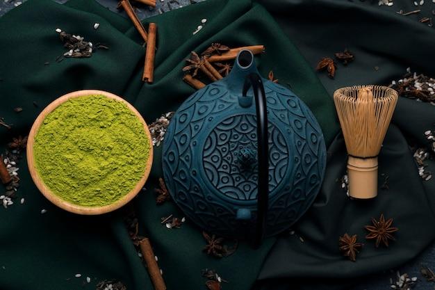 Widok z góry czajniczek z zieloną matchą