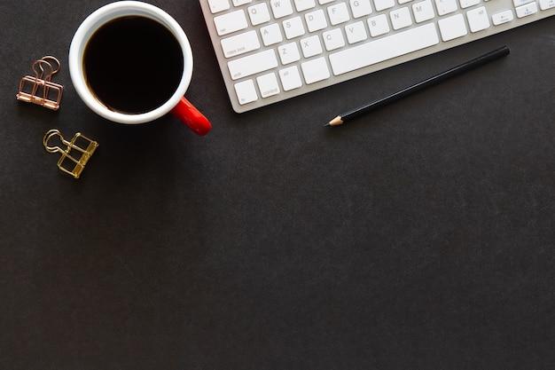 Widok z góry czarne biurko z miejscem na kopię do wprowadzania tekstu na płaskiej warstwie