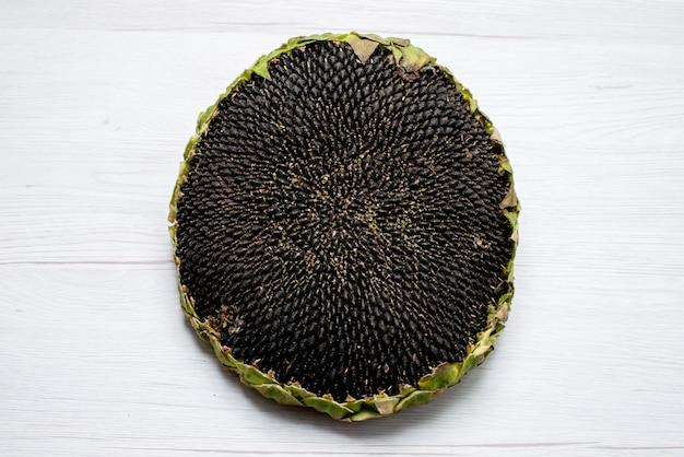 Widok z góry czarne pestki słonecznika świeże i smaczne wnętrze oleju z nasion słonecznika w łupinach
