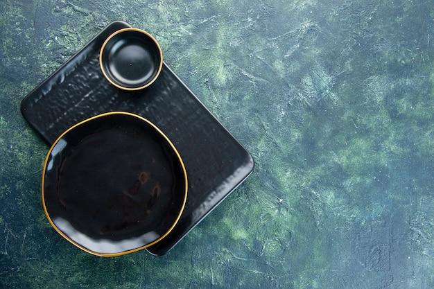 Widok z góry czarne talerze na ciemnym tle kolor posiłek obiad srebrny usługi restauracyjne sztućce jedzenie wolne miejsce
