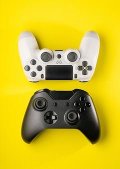 Widok z góry czarno-białych kontrolerów gier