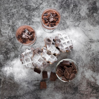Widok z góry czekolady z koktajle mleczne i gofry