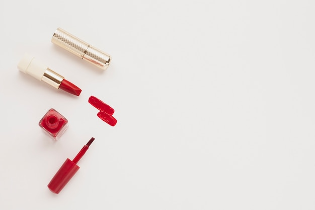 Widok z góry czerwona szminka i lakier do paznokci z miejsce