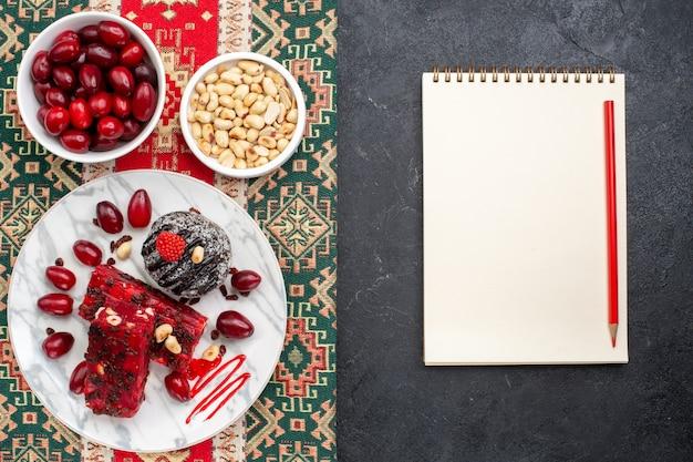 Widok z góry czerwone derenie z orzechami i plasterkami nugatu na szarym tle kandyzowanego cukru owoców słodkich orzechów