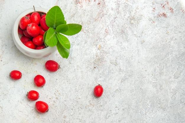 Widok z góry czerwone owoce na białym stole jagody czerwone owoce