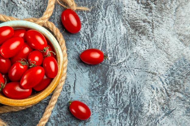 Widok z góry czerwone pomidory czereśniowe z linami