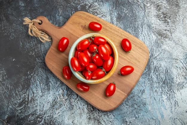 Widok z góry czerwone pomidory czereśniowe