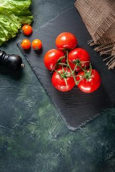 Widok z góry czerwone pomidory na ciemnym tle dojrzałe rosną posiłek jedzenie drzewo kolor sałatki kolacja zdjęcie kolacja