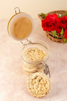 Widok z góry czerwone róże piękne różowe i czerwone kwiaty w koszu wraz z chipsami odizolowanymi na różowo