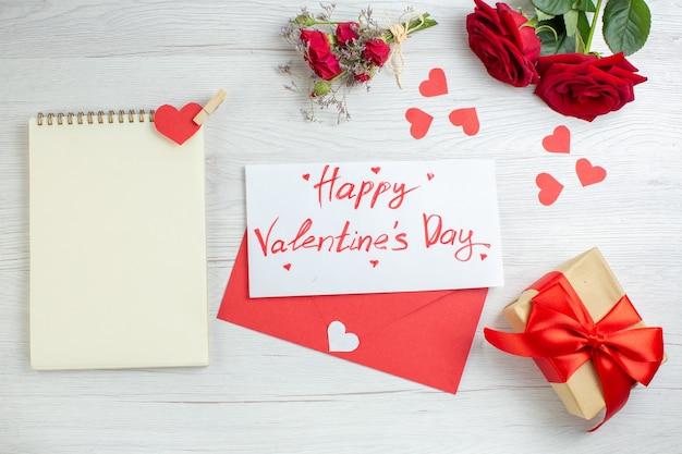 Widok z góry czerwone róże z prezentem na białym tle miłość wakacje pasja kochanek para małżeństwo serce uczucie uwaga