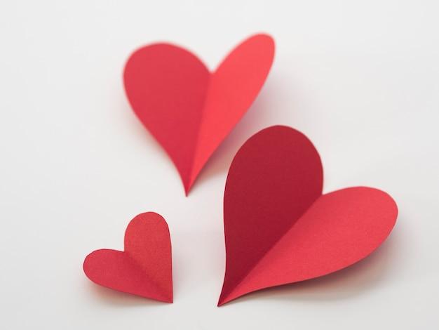 Widok z góry czerwone serca na stole