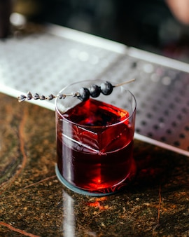 Widok z góry czerwony koktajl w szklance na biurku bar koktajl pić alkohol sok woda