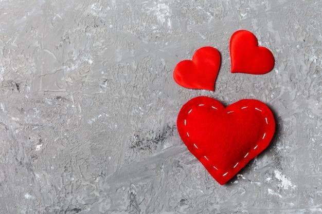 Widok z góry czerwonych serc na powierzchni cementu