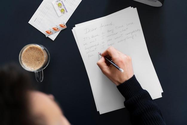 Widok z góry człowiek pisze list