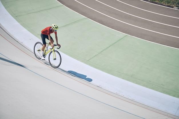 Widok z góry człowieka w odzieży sportowej na rowerze na torze na zewnątrz