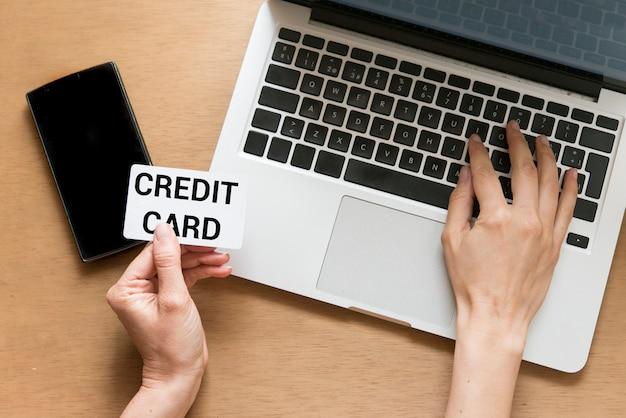 Widok z góry człowieka za pomocą karty kredytowej do zakupów online