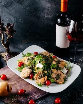 Widok z góry danie mięsne smaczne wraz z warzywami i czerwonym winem na szarej podłodze