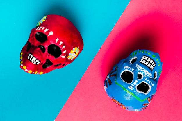 Widok z góry dekoracja halloween z kolorowymi czaszkami