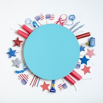 Widok z góry dekoracja na dzień niepodległości wokół niebieskiego koła