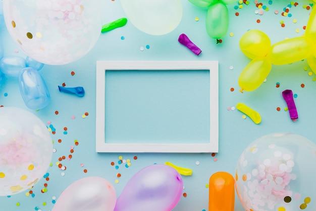 Widok z góry dekoracja z balonami i białą ramką