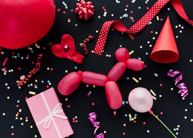 Widok z góry dekoracja z balonami i prezentem