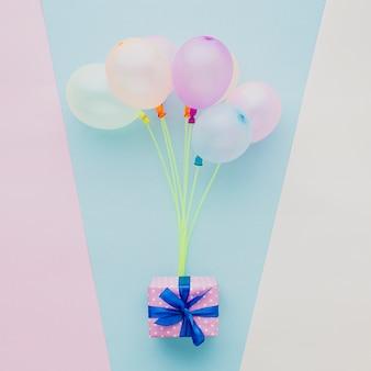 Widok z góry dekoracja z kolorowymi balonami i prezentem